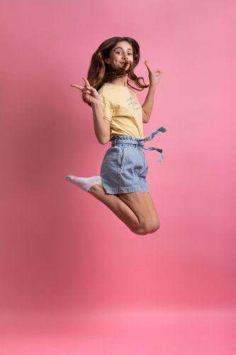 Portrait photo d'une adolescente fun et décalée