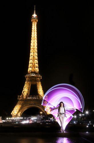 Portrait créatif face à la Tour Eiffel, de nuit