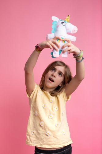Portrait créatif et fun d'une petite fille et de sa peluche