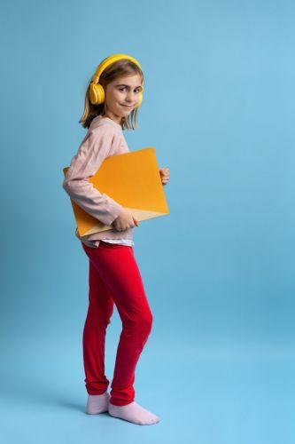 Portrait de petite fille coloré et pop