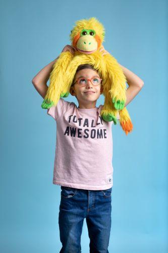 Portrait créatif d'un enfant avec sa peluche de ventriloque