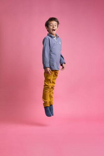 Portrait créatif d'un enfant en plein saut