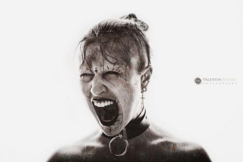 Portrait artistique visage d'une femme qui crie