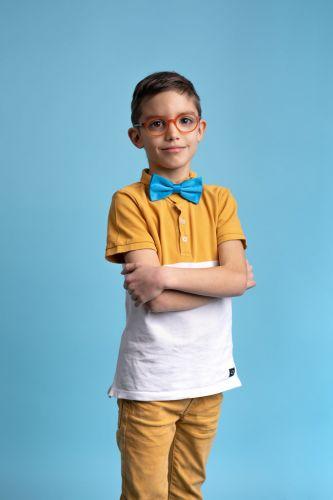 Portrait photo d'un jeune garçon à lunettes