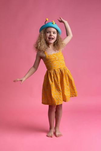 Portrait d'une petite fille qui danse et rit