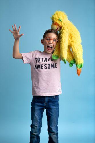 Portrait créatif de petit garçon en studio et de sa peluche !
