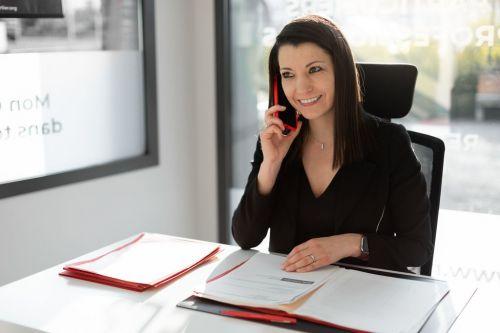 Femme au bureau en train de téléphoner