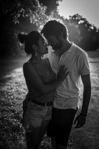 Couple plein de tendresse qui s'embrasse dans un parc