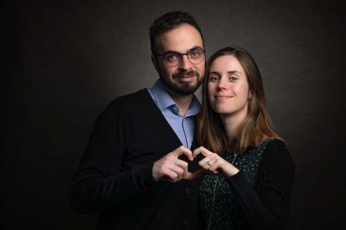 Couple amoureux et câlin en photo de studio